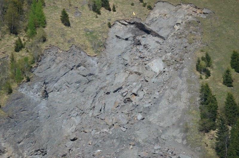 Nach der Sprengung sind nun alle lockeren Teile der Felsnadel in Bad Fusch ins T..