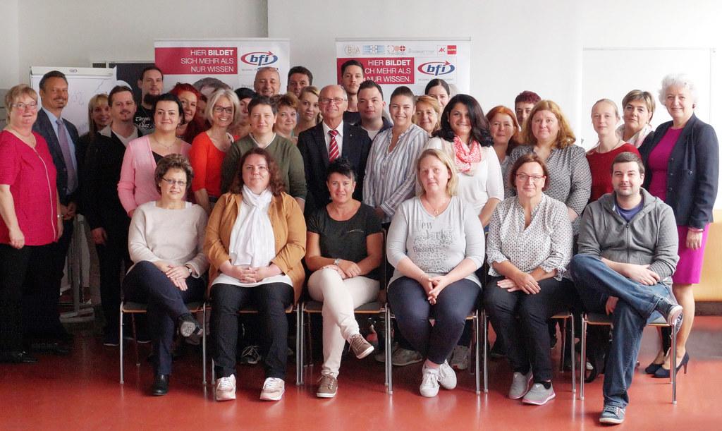 Landeshauptmann-Stellvertreter Christian Stöckl in der Mitte und Waltraud Gruber-Hofmann, Leitung BFI-Gesundheitszentrum (ganz rechts) mit Teilnehmenden des Ausbildungslehrgangs.
