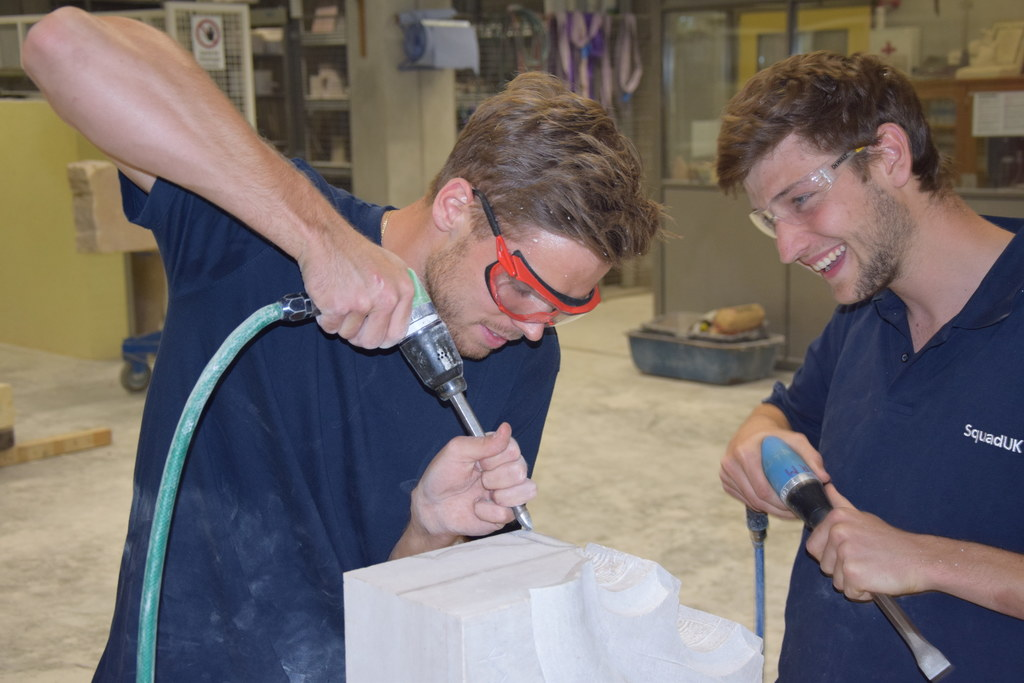 Die beiden jungen Facharbeiter Robert Moser (Österreich, li.) und Archie Stoke-F..