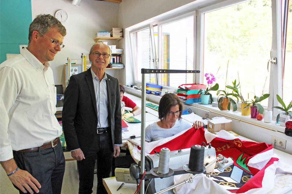 Landeshauptmann-Stellvertreter Christian Stöckl beim Betriebsbesuch bei Fahnen-G..