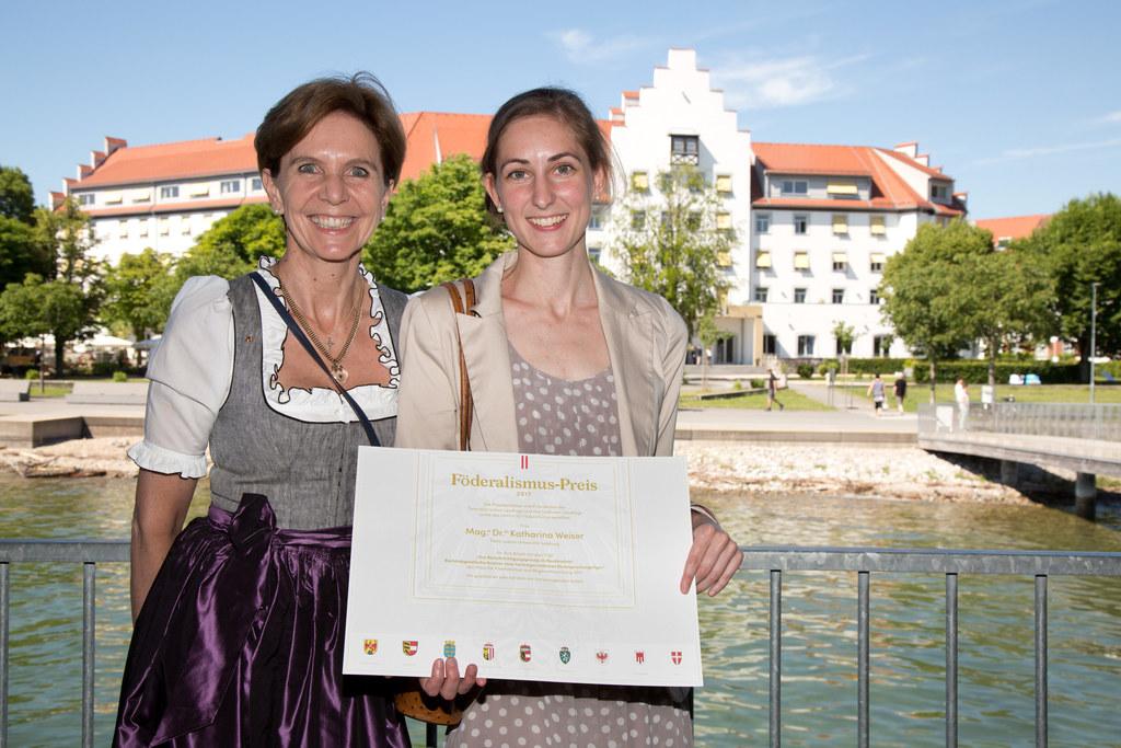 Landtagspräsidentin Brigitta Pallauf und Preisträgerin Katharina Weiser.