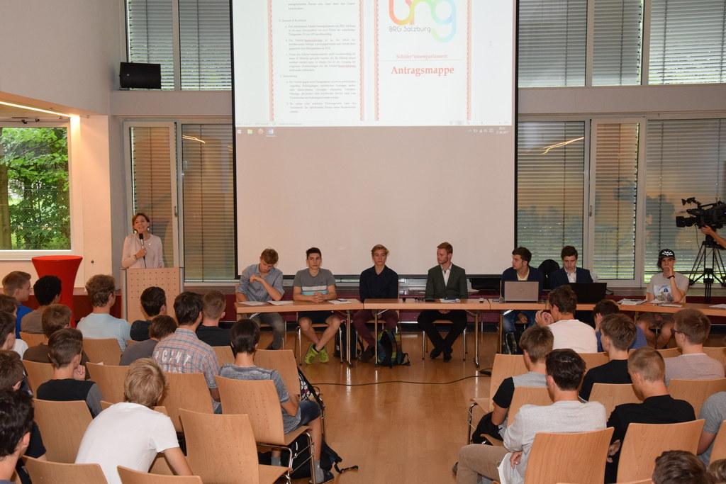 Landtagspräsidentin Brigitta Pallauf beim Schülerparlament im BRG Salzburg