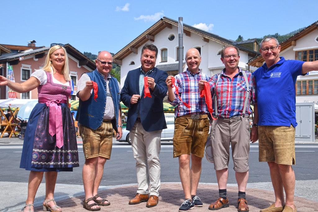 Landesrat Hans Mayr bei der Eröffnung der fertiggestellten Straßenbauarbeiten in..