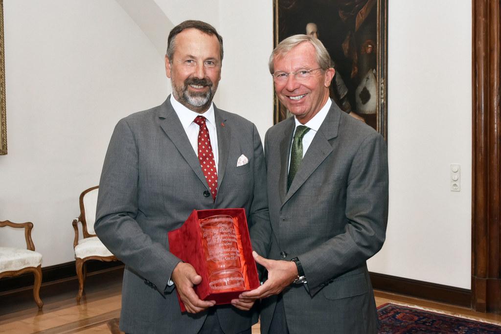 Landeshauptmann Wilfried Haslauer überreichte Rudolf Zrost einen Ehrenbecher.