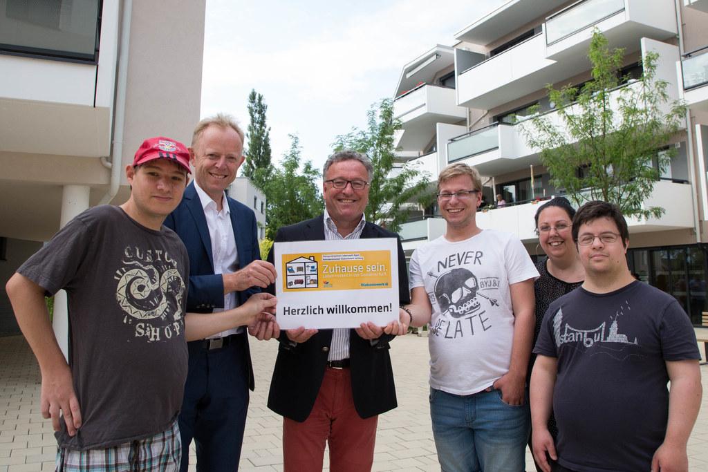 Bewohner Stefan Morawetz, Michael König (Geschäftsführer des Diakoniewerks Salzb..
