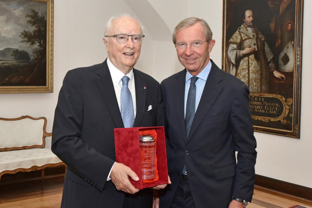 Landeshauptmann Wilfried Haslauer überreichte Rudolf Frey einen Ehrenbecher.