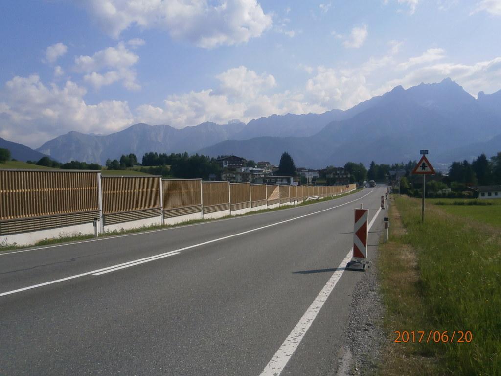 An der B311 Pinzgauer Straße schützt die rund 900 Meter lange neue Lärmschutzwan..