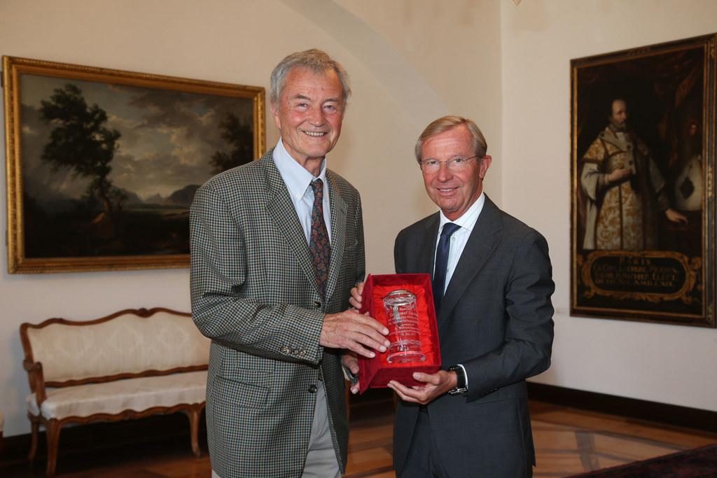 Landeshauptmann Wilfried Haslauer überreichte dem ehemaligen Bürgermeister der L..