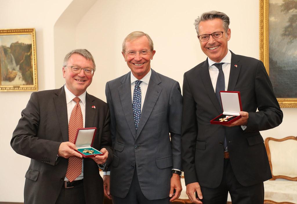 Landeshauptmann Wilfried Haslauer zeichnete den Präsidenten der Ärztekammer Salz..