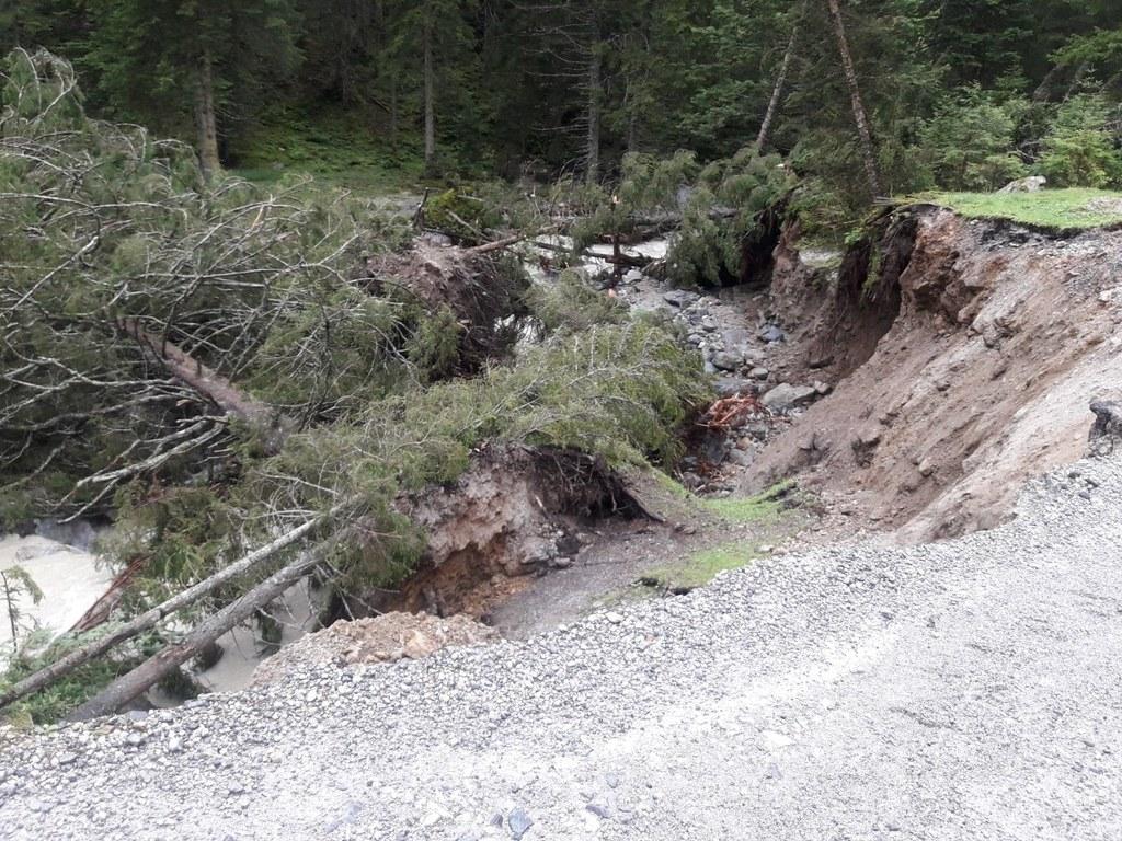 Die Einsatzkräfte konzentrieren sich auf das Freimachen der Wildbachsperren und die Wiederherstellung der Wege in den betroffenen Gebieten.