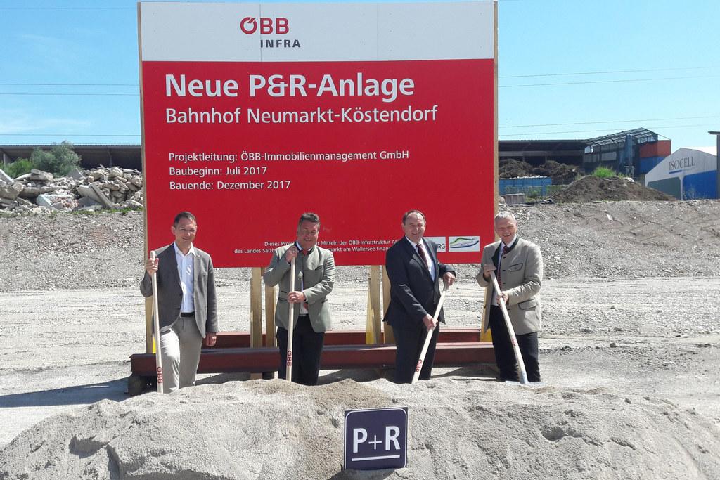 Landesrat Hans Mayr beim Spatenstich für den neuen Bahnhof in Neumarkt am Waller..