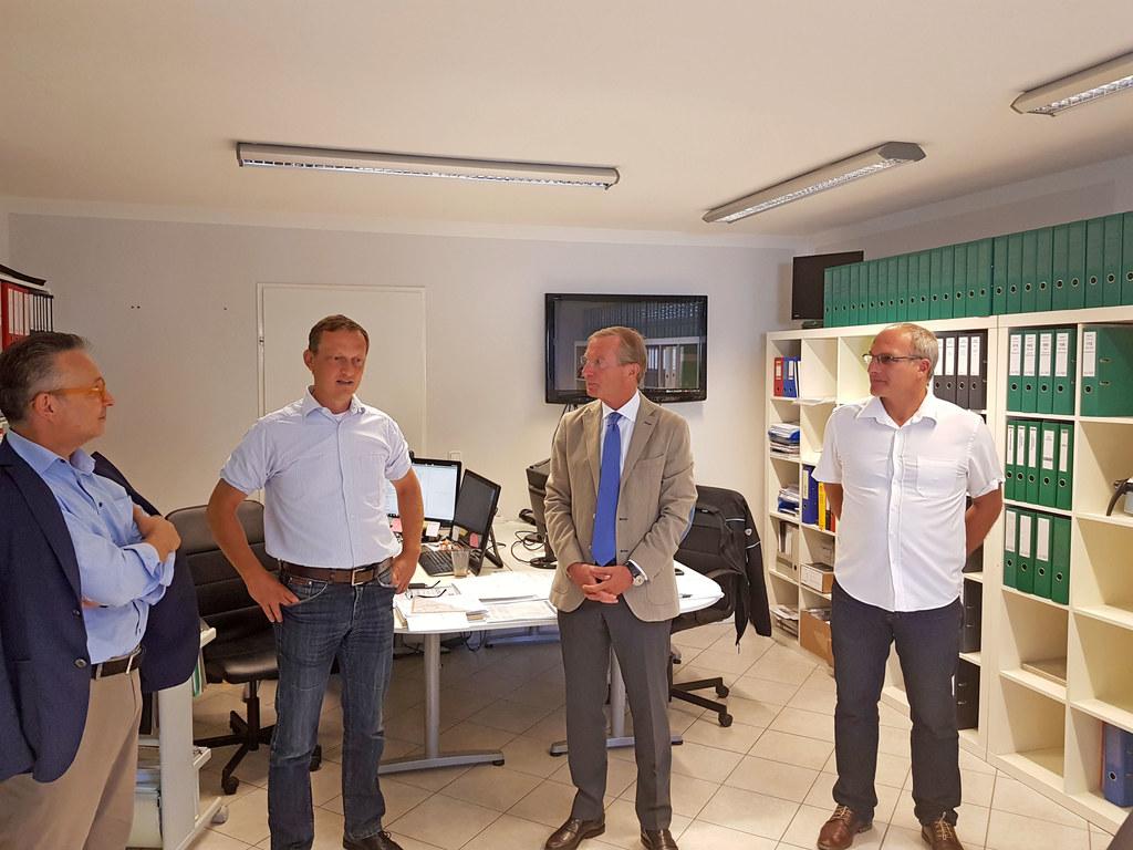 Landeshauptmann Wilfried Haslauer beim Besuch der Firma SH-TEC in Bergheim.