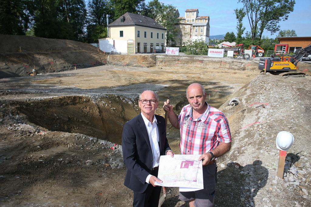 LH-Stv. Christian Stöckl und Polier Johann Seebacher auf der Baustelle der Josef..