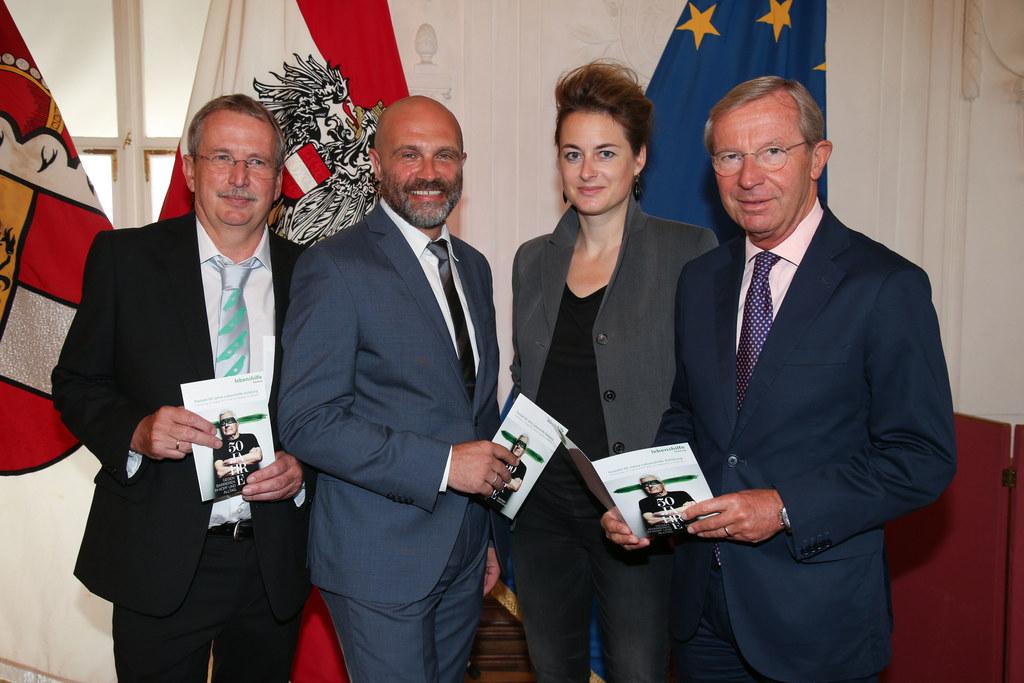 Präsident Michael Russ, GF Guido Güntert, Teresa Präauer (Autorin) und LH Wilfri..