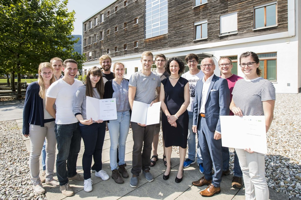 Landeshauptmann-Stellvertreter Christian Stöckl mit den elf Absolventinnen und A..