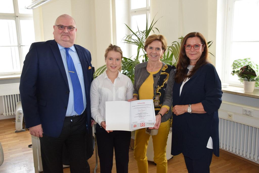 Direktor Klaus Schneider, Preisträgerin Theresa Barth, Landtagspräsidentin Brigi..
