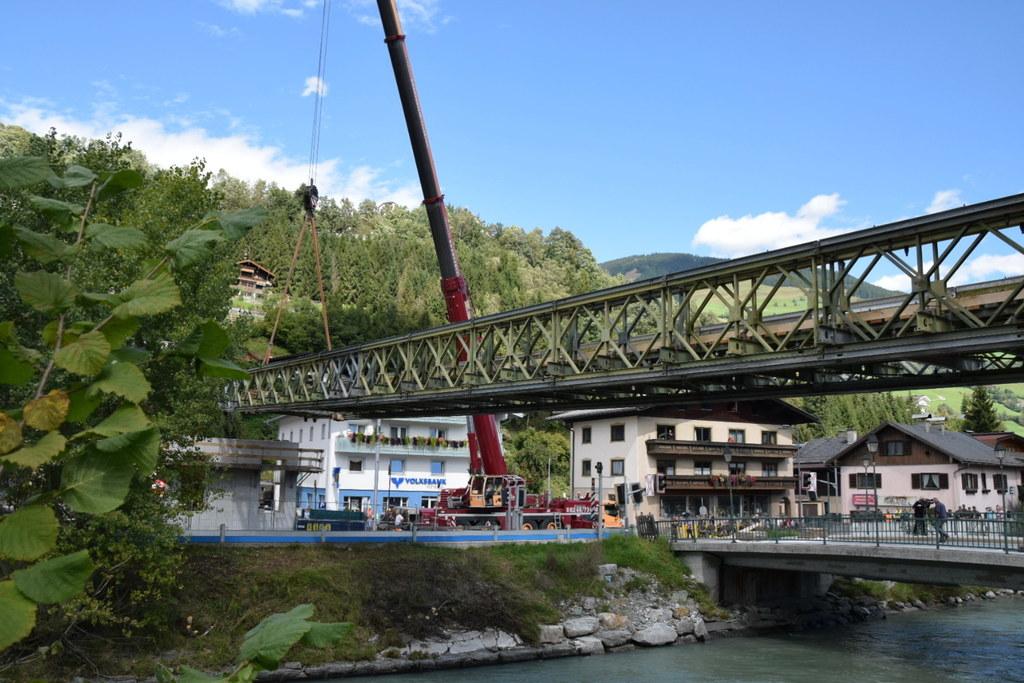 Bundesheer-Pioniere errichteten die Fußgänger-Behelfsbrücke über die Salzach.