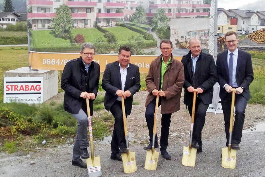 Im Bild von links: Josef Lackner (Bauherr), LR Mayr, Baumeister Ing. Andreas Sch..