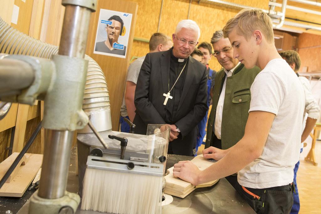 Erzbischof Franz Lackner und Landesrat Josef Schwaiger mit Schüler Florian Lechn..