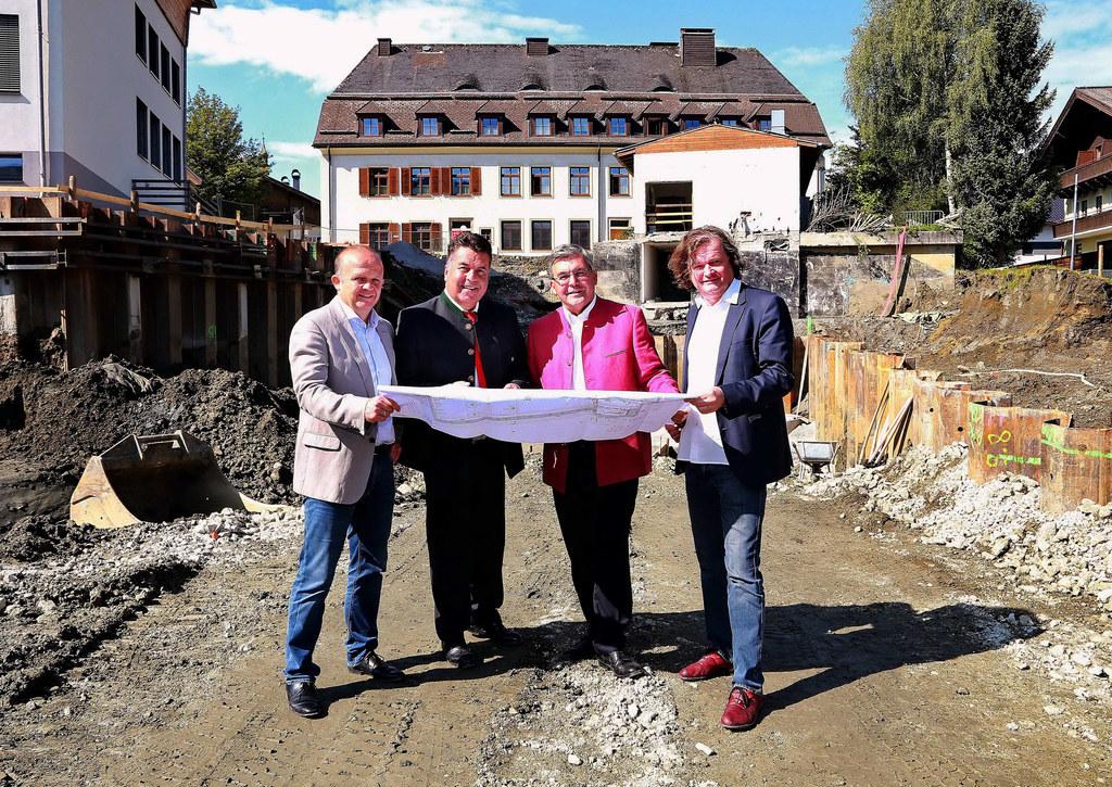 Architekt Martin Schönberger, LR Hans Mayr, LR Josef Schwaiger und Architekt Kar..