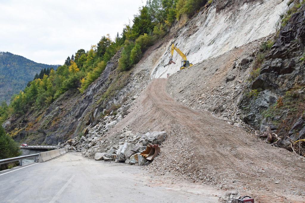 Seit knapp einer Woche sind die Räum- und Sicherungsarbeiten nach dem Felssturz ..