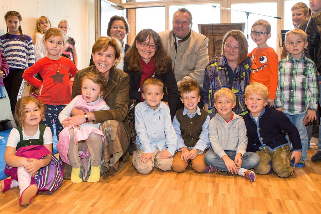 Die Kinder des neuen Kindergartens bei der Eröffnungsfeier mit Landtagspräsident..