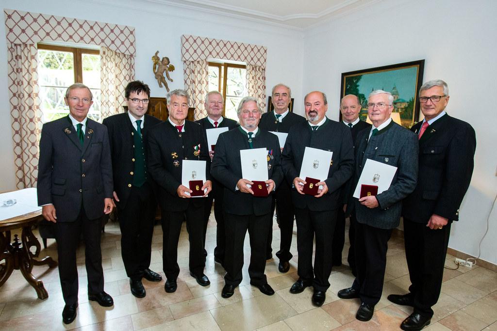 Die Geehrten mit LH Wilfried Haslauer. SKB Präsident Josef Hohenwarter und Bgm. ..