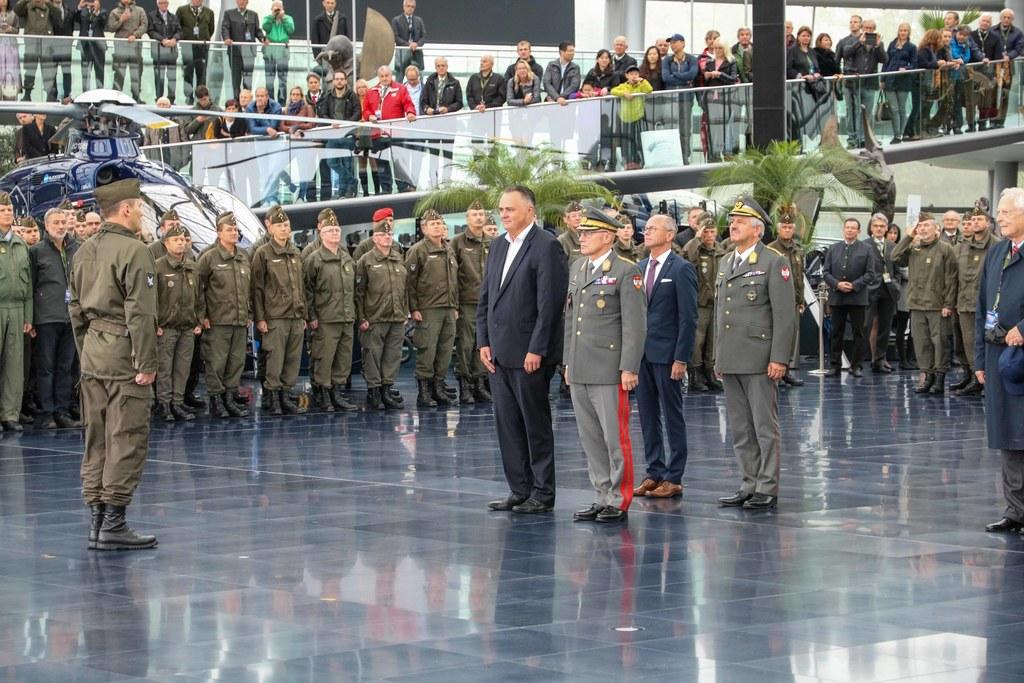 Bundesminister Hans-Peter Doskozil und Landesrat Christian Stöckl bei der feierlichen Kommandoübergabe Luftstreitkräfte im Hangar 7.