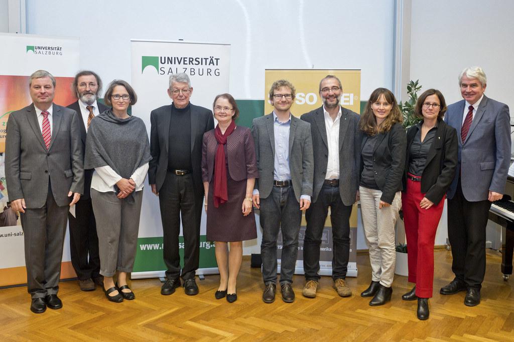 Die Preisträger Dr. Sebastian Pittl und Dr. Stefan Silber (Mitte) mit Bischof Er..