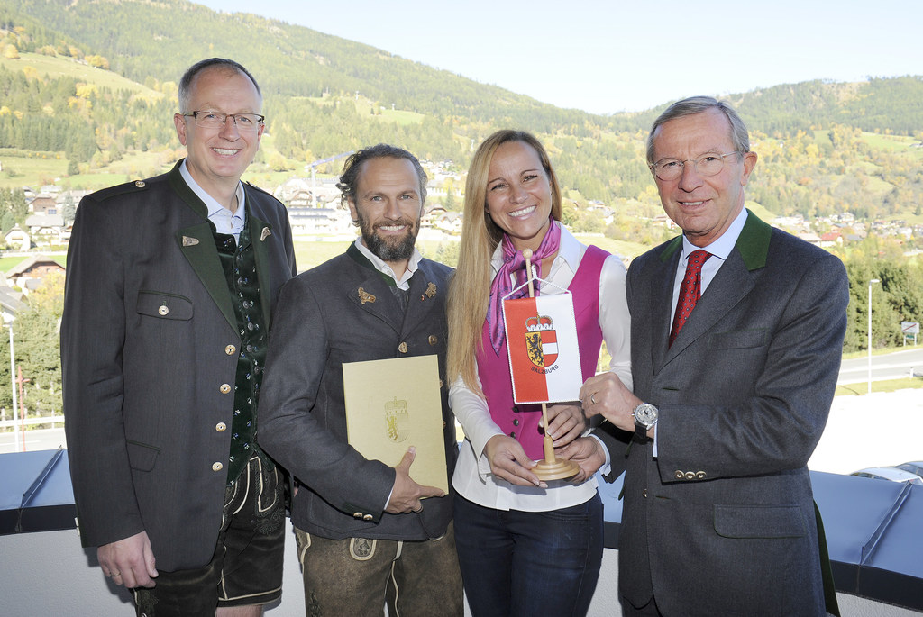 Vlnr.: Bürgermeister Ing. LAbg Manfred Sampl, Mario und Sonja Schitter, LH Dr. W..