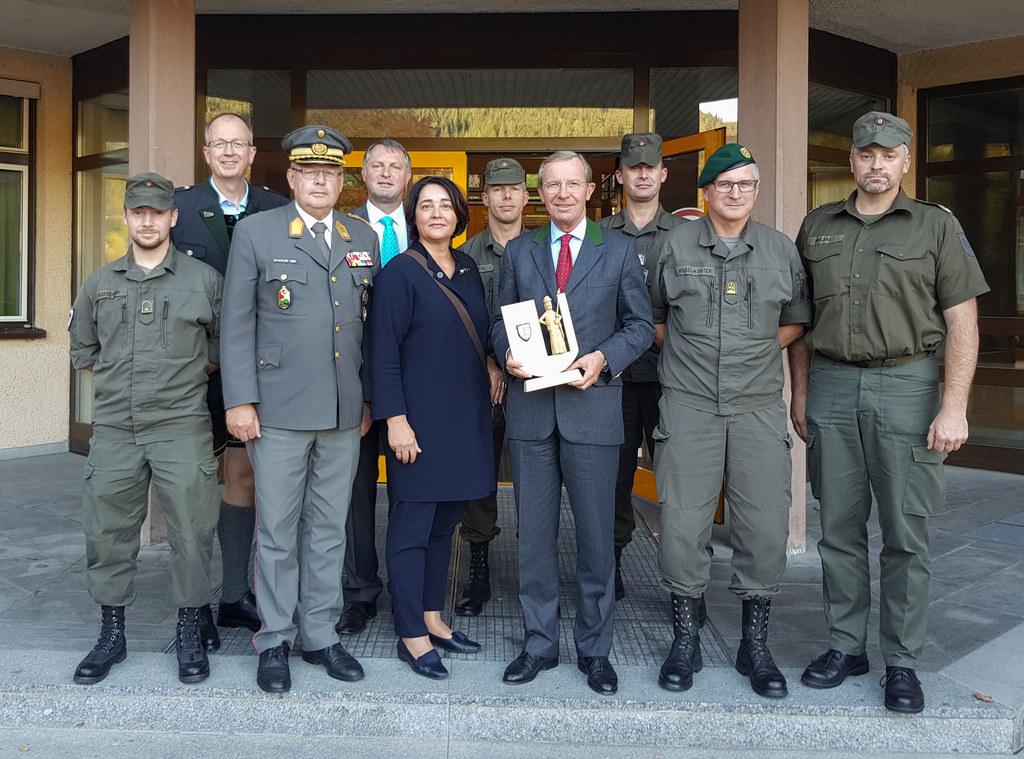 Landeshauptmann Wilfried Haslauer beim Besuch der Strucker Kaserne in Tamsweg mi..