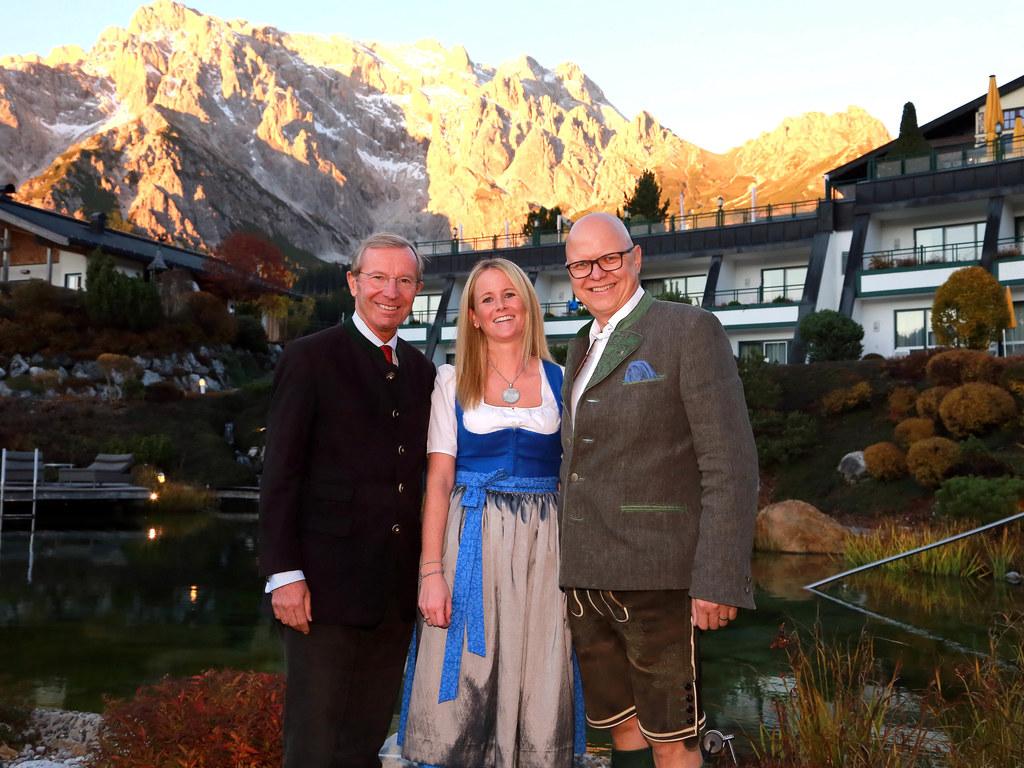 v.l.n.r.: LH Wilfried Haslauer, Verena Burgschwaiger (Hotelchefin), Wolfgang Burgschwaiger (Hotelchef)