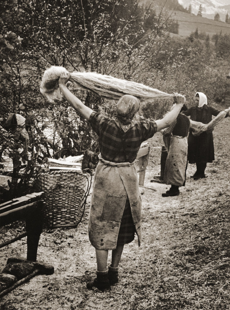 Bergbäuerinnen beim Flachs-Brecheln in Tux, Tirol 1943.