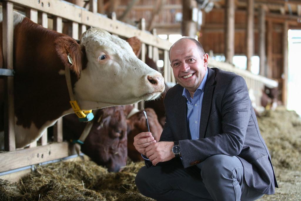 Direktor Georg Springl von der Landwirtschaftlichen Fachschule Winklhof freut si..