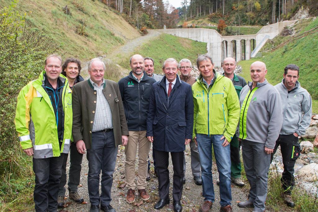 Das Team der Wildbach- und Lawinenverbauung mit Landeshauptmann Wilfried Haslaue..