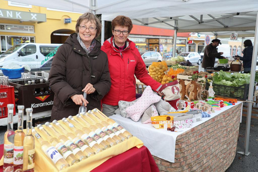 Renate Neuhofer und Monika Andorfer nützen gerne das Grünmarkt-Zelt. Im Angebot ..