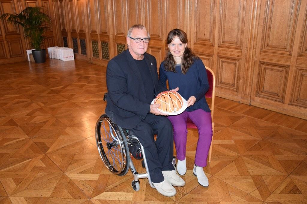 Landesrätin Martina Berthold gratulierte Landessportdirektor Walter Pfaller zum ..