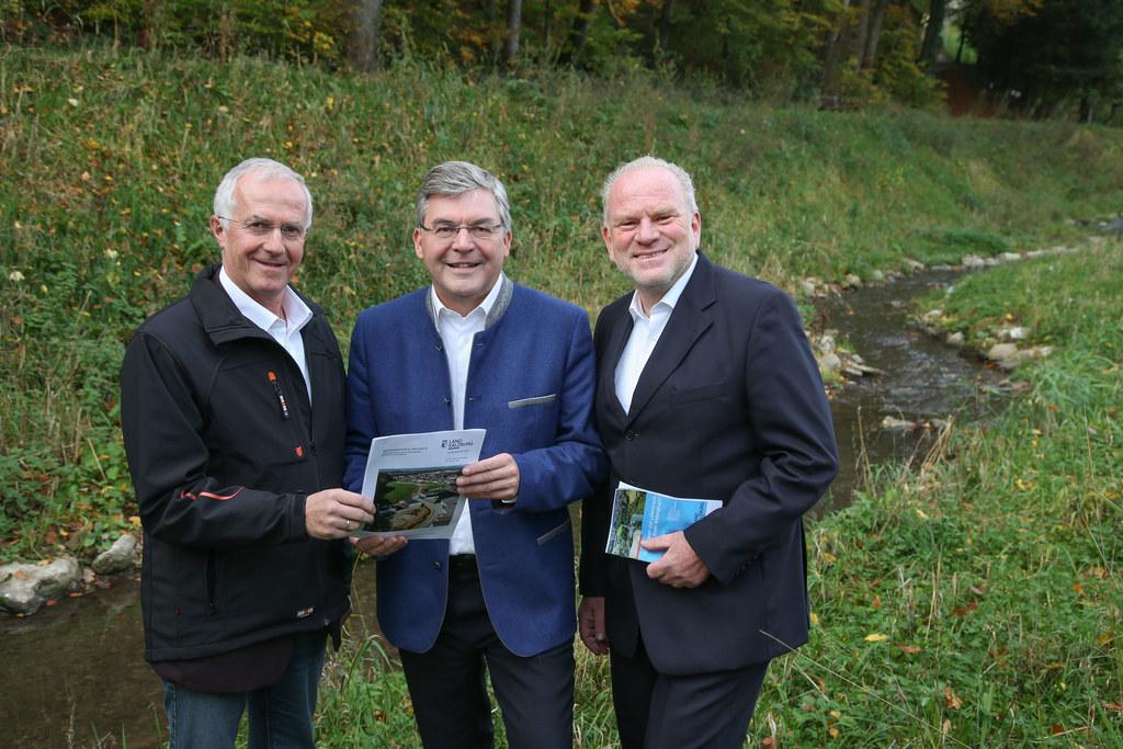 V.li.: Bürgermeister Hans Hutzinger, LR Josef Schwaiger, Robert Loizl (Schutzwas..