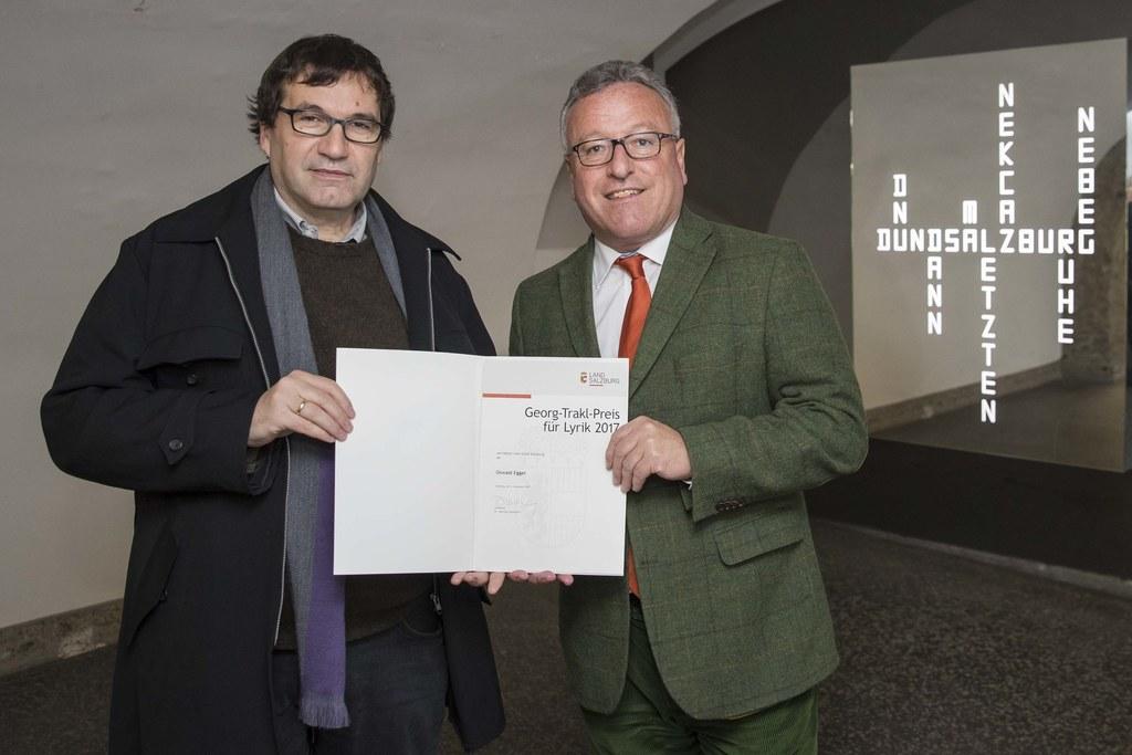 Preisträger Oswald Egger und Landesrat Heinrich Schellhorn.