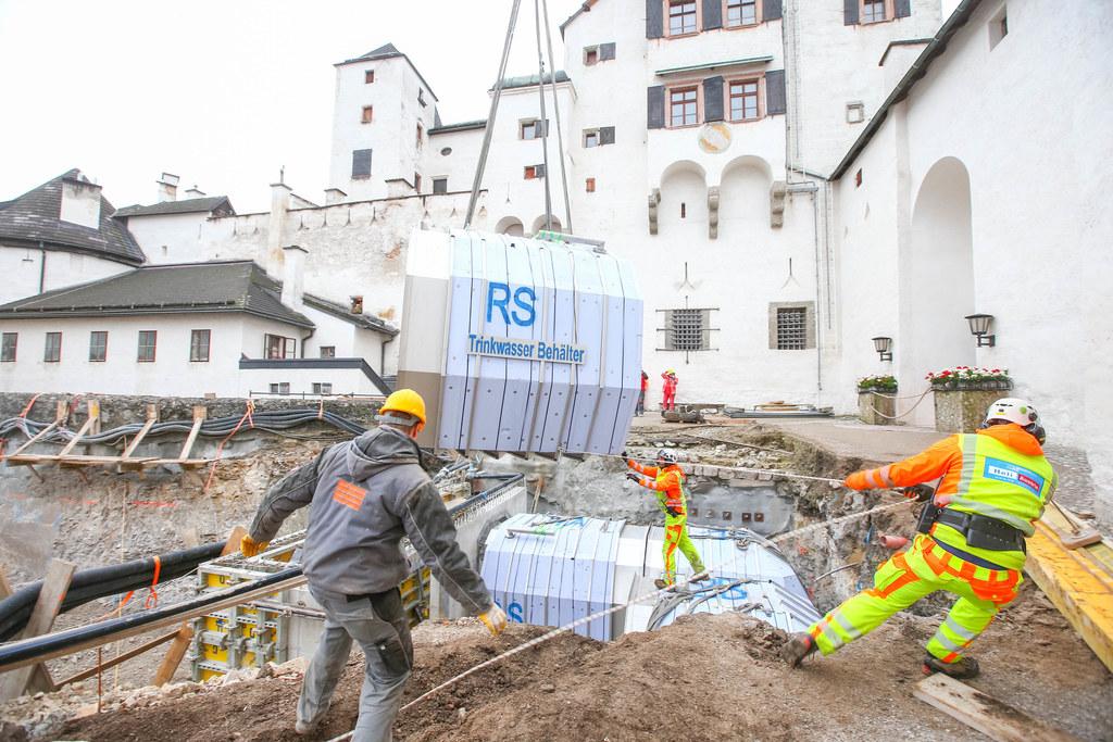 Einhebung der neuen Löschwassertanks auf der Festung Hohensalzburg per Hubschrau..