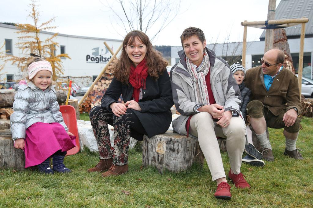 Die Kinder in Tamsweg zeigen Martina Berthold und Astrid Rössler stolz ihren neu..