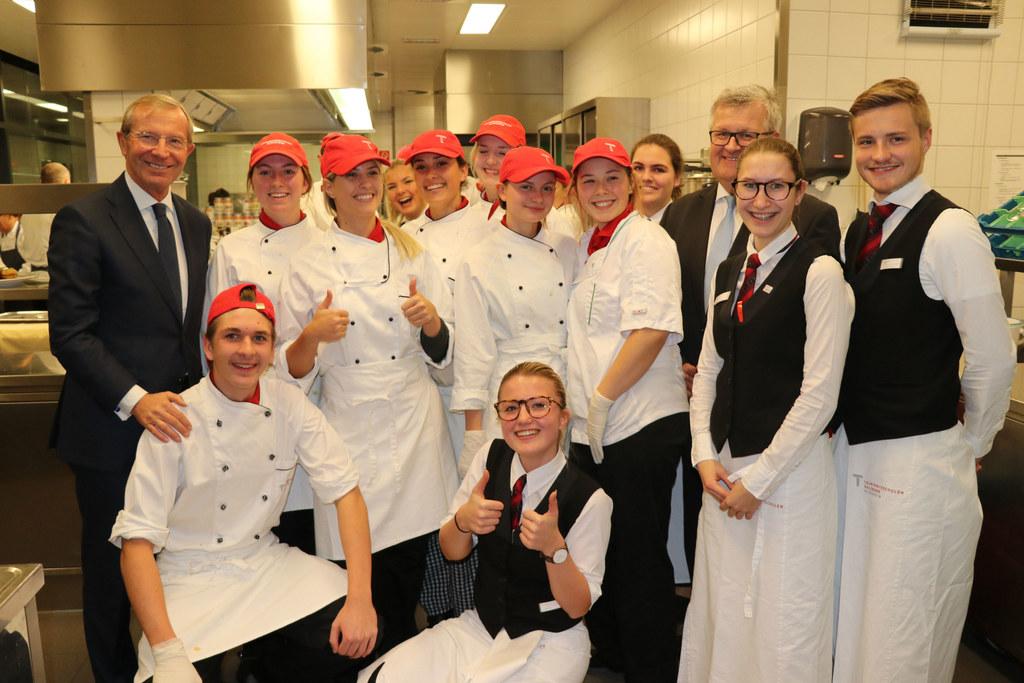 Schülerinnen und Schüler der 4 TA und TD Tourismusschule Kleßheim mit Fachvorsta..