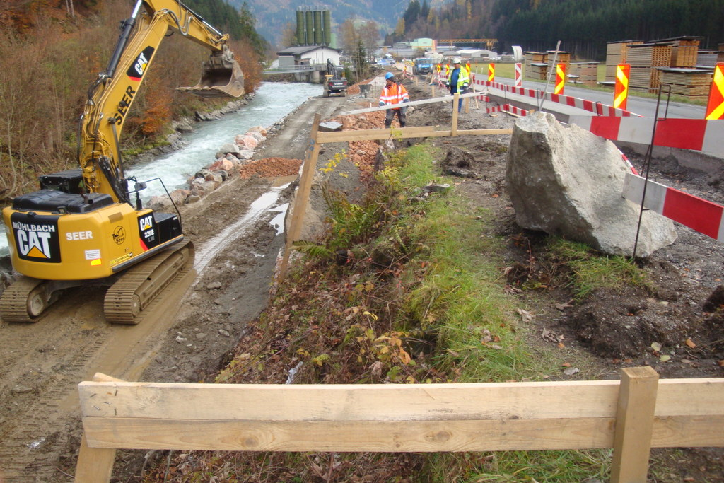 Bauarbeiten für neuen Radweg an der Glemmtal Straße vom Flussbett der Saalach au..