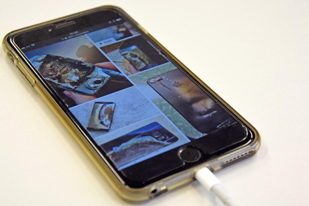 Smartphones sollten nie unbeaufsichtigt geladen werden, um Schlimmeres zu verhin..