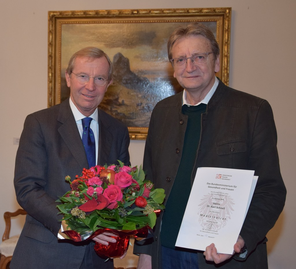 Landeshauptmann Haslauer verleiht den Titel Medizinalrat an Karl Schnell.
