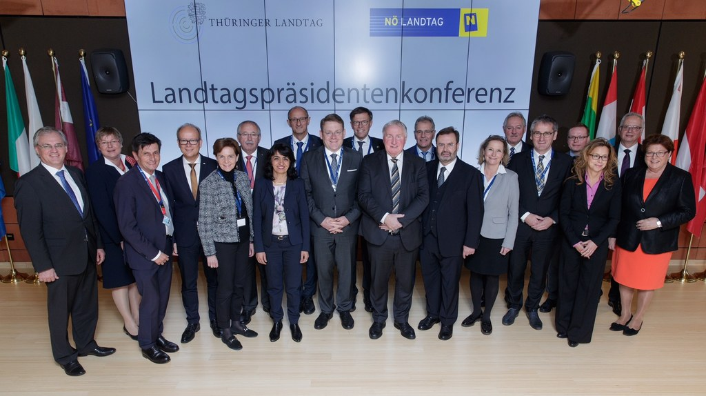 Landtagspräsidentin Brigitta Pallauf (5.v.li.) bei der Konferenz der Landtagsprä..
