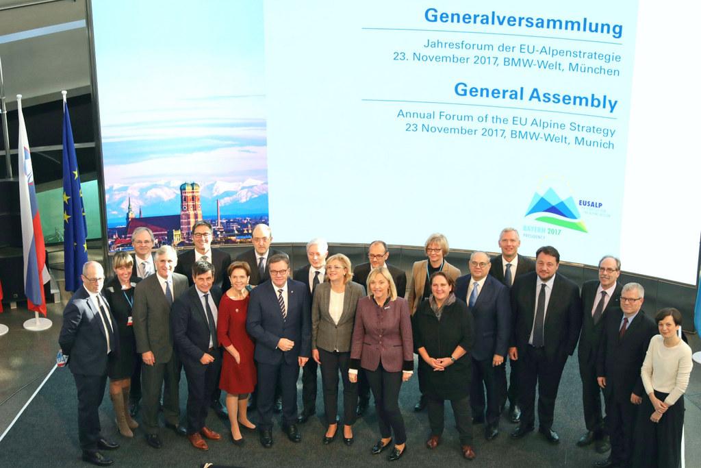 Landtagspräsidentin Brigitta Pallauf (7. v.l.) beim Jahresforum der EU-Alpenstrategie in München.