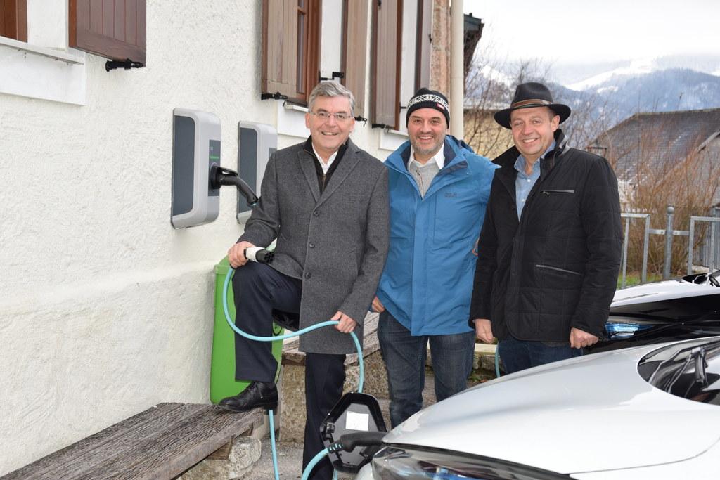 vlnr. Landesrat Schwaiger, Michael Hillisch, Georg Springl, Direktor der Schule ..