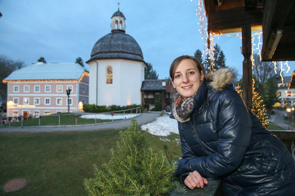 Sabrina Gangl vermittelt als Stille Nacht-Guide Wissenswertes zu Salzburgs berüh..