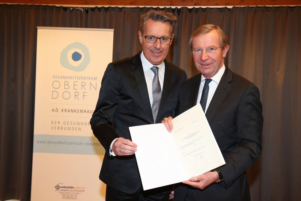 Ärztlicher Direktor Krankenhaus Oberndorf Christian Datz und Landeshauptmann Wil..